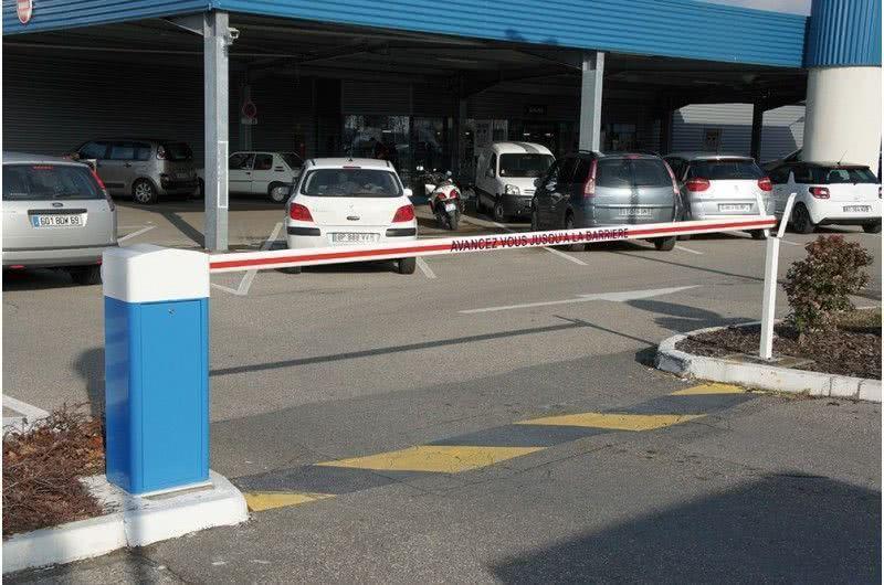 Barrière LBA 4 fermant un parking