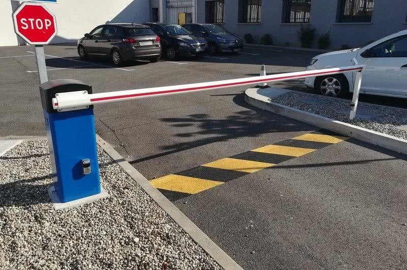Barrière LBA 6 devant un parking d'un site administratif