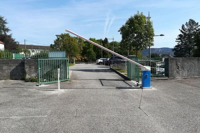 Barrière LBA 6 devant un parking d'une agence Groupama